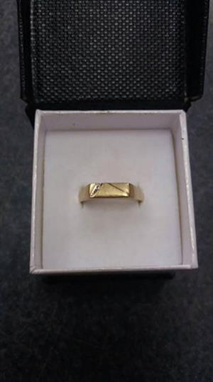 Ring Mens 9ct yellow gold  2.6 gram  1 small diamond Ring size Z