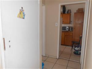 Bellevue East Bezuidenhout Street 2bedrooms bathroom, kitchen and lounge Rental R4200