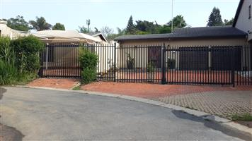 1x Double Bedroom in 2 Bed Cottage, Sandown Central, 1.5Km to Sandton City CBD. to share Cottage with Professional