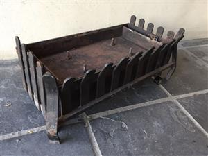 Compact fireplace grate with Gas fired mechanism