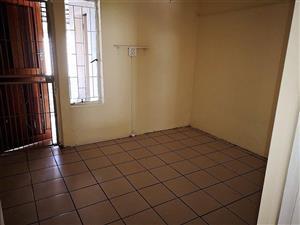Woonstel te huur Pretoria Noord, Dorandia. 3 slaapkamer, 2 badkamer. Onderdak parkering met privaat ingang.