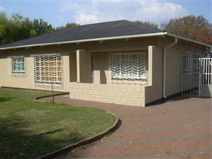 TO LET: VANDERBIJLPARK – Spacious 3 Bed house, dining room, sitting room, with 1 Bed flat, Lock-up Garage, 2 Carports, enclosed veranda.R5 480/ month. Available 1Dec 2018.