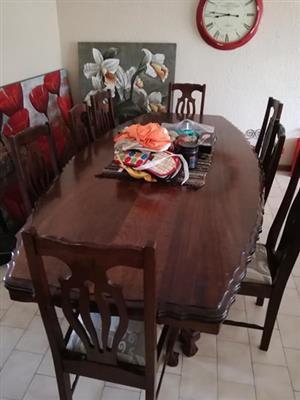 Emboia eetkamerstel met 10 stoele.