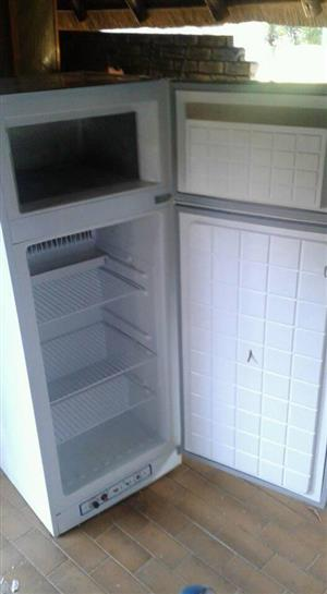 Zero gas elect fridge/freezer