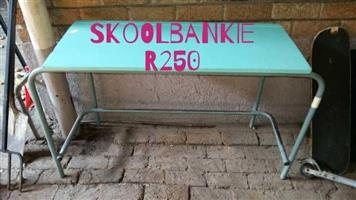 Ou skoolbanke te koop