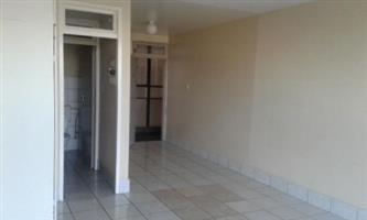Killarney open plan bachelor flat to rent opposite the Mall Rental R5000 BATHROOM AND KITCHEN