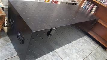 Tool Box / Grip Checkered Plate For Use on the Back of Bakkies Or can be fitted on back of trailer .  Two X lockable hinghes . 1380cm lenght X 500cm depth X440cm height  In Prestine condition ( Like New )