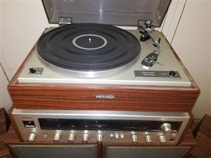 Pioneer radio with 4 speakers and turn table
