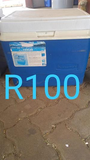 Rubbermaid cooler box for sale