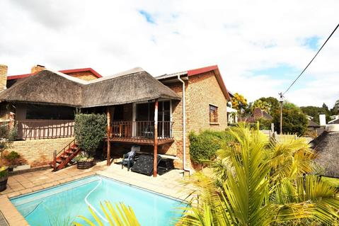 Spacious low maintenance family home!