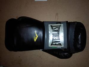 Black everlast boxing gloves