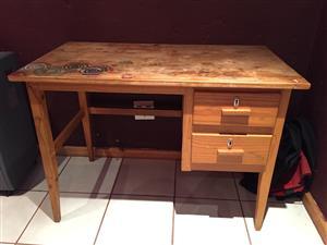 Desk. Wood. 2 drawer