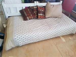 Bed/ Divan single wt mattress.