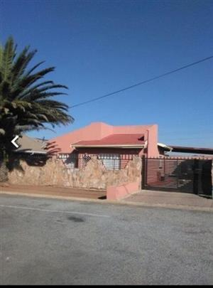 Affordable 3-bedroom house in Ennerdale for R699000. R 699,000