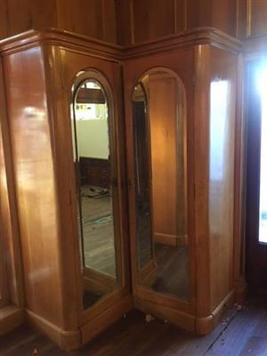 2x Light wood cupboards