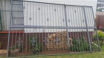 Groot grys veiligheids hek