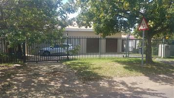 Spacious room in commune in Queenswood to let. R3200 per month