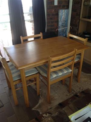 Solid pine diningrooom table with 4 chairs