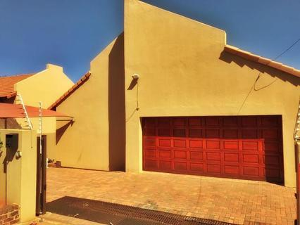 Townhouse To rent in Cashan