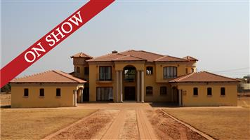 ON SHOW 25 AUGUST @ 11:00am! 5 Bedroom, 5 bathroom house on Auction! Investors dream - needs TLC! Rietvlei Country View Estate!