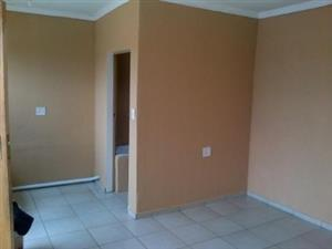 Midrand open plan bachelor renovated cottage R3000 SHOWER AND KITCHENETTE