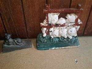 Cast iron door stop 2 available one set of pigs and a small cat