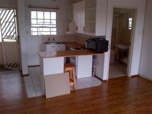 Fontainebleau Rabie Street open plan bachelor flat to rent for R4000 secure building Near Fontainebleau Park with bathroom and kitchen, secue building