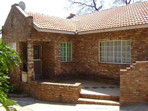 PRETORIA NORTH - BERG AVENUE - LARGE 2 BEDROOM GARDEN FLAT